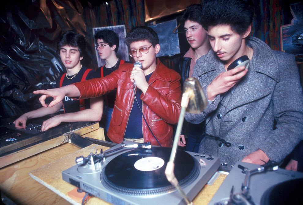 Группа диджеев крутит свои пластинки в одном из клубов Нью-Йорка, 1979 год.