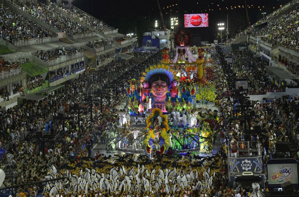 Платформа школы Estacio de Sa Samba School во время соревнования на самбодроме в Рио-де-Жанейро.