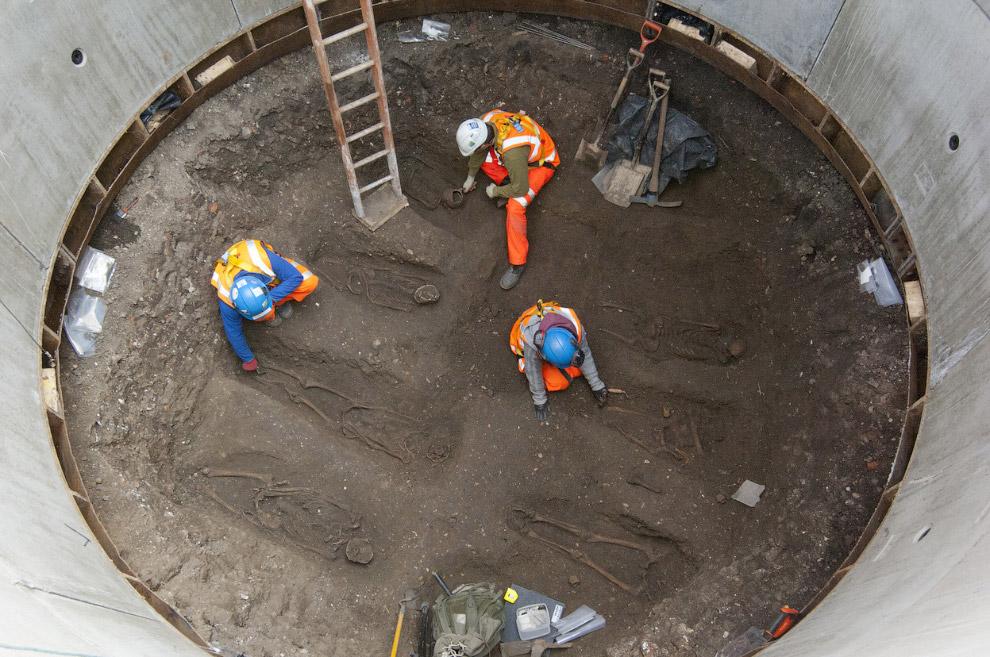 Исторический могильник в центре Лондона. (Фото AP Photo | Crossrail Project):