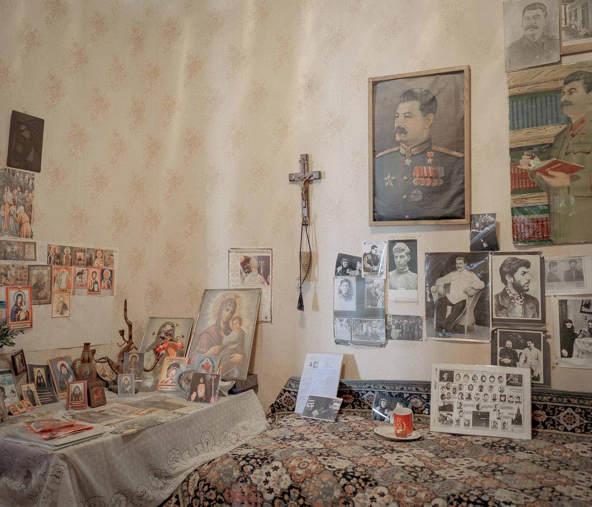 В квартире этой семьи фотографии Сталина соседствуют с иконами.