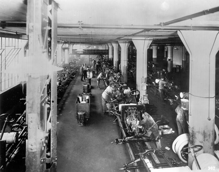 Установка приборных досок на заводе в Хайленд-Парке, 1915