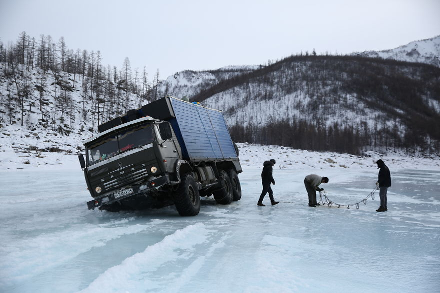Но грузовик не провалился полностью. Так что можно было попытаться вытащить его.