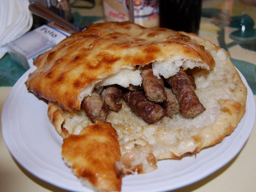 Чевапи, Босния и Герцеговина Эти небольшие колбаски жарят на огне. Так повелось еще со времен Османс