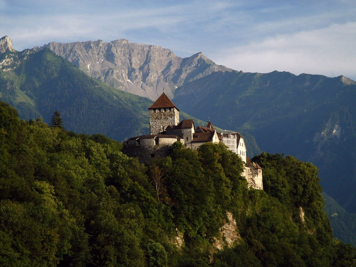Замок Вадуц на холме у одноименного города служит домом для князя Лихтенштейна Ханса-Адама II. Хотя