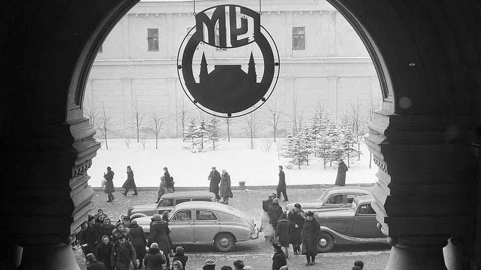 Начиная с 1936 года во время парадов на Красной площади, то есть несколько раз в год, в нашей комнат