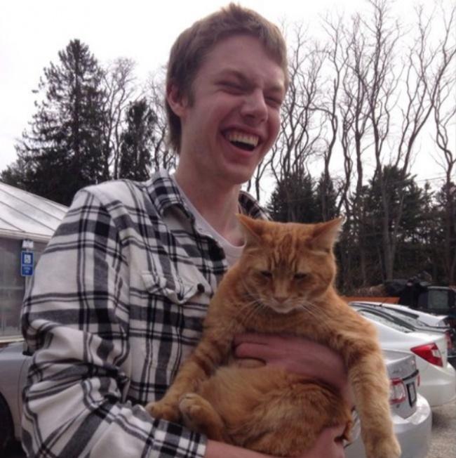 © reddit.com  Парень счастлив, авот кот явно неввосторге, нонатооникот.  Малыш счас