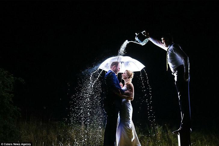 Идеальный романтичный кадр — если бы не мужик, поливающий пару из лейки.