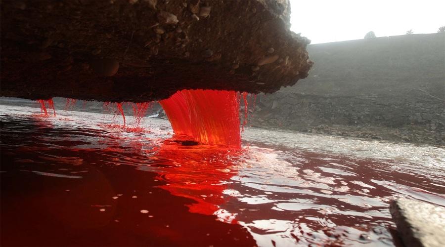 Кровавый водопад мог бы образоваться, если устроить на горе эшафот и казнить там сотни людей ежеднев