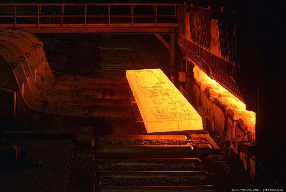 Здесь металл прокатывается из бруска в стальной лист через специальный роликовый пресс. При каж