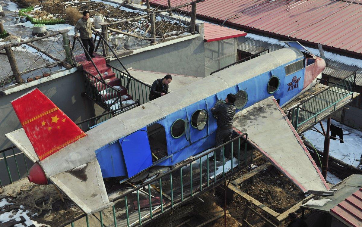 17. Ли Цзинчунь (наверху) — 58-летний фермер — и его самодельный самолет на крыше дома.