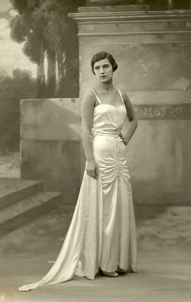 Публика у входа в здание, где выбирают мисс Европа — 1930.