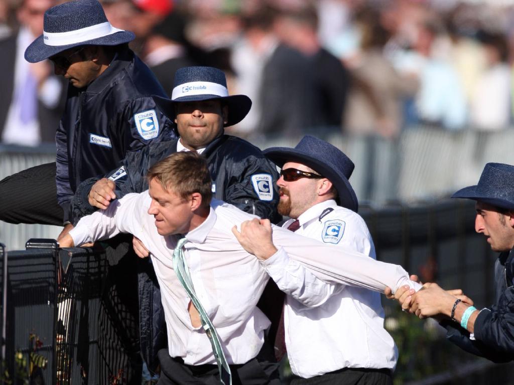 Любители скачек отметили завершение Мельбурнского Кубка