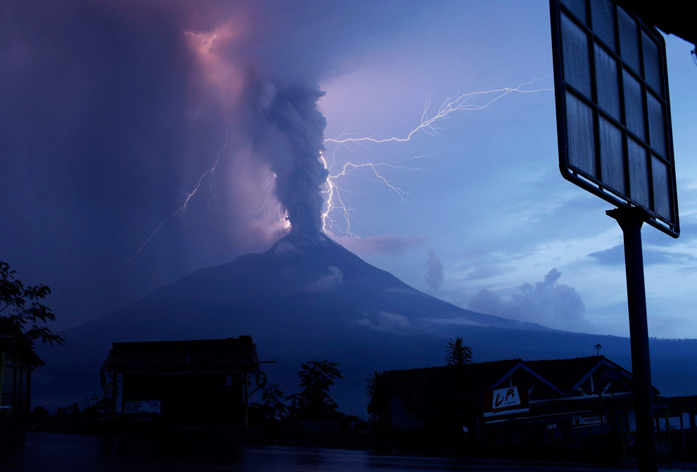 Это действующий стратовулкан Синмоэ , один из конусов головного вулкана Кирисима-яма на стыке п
