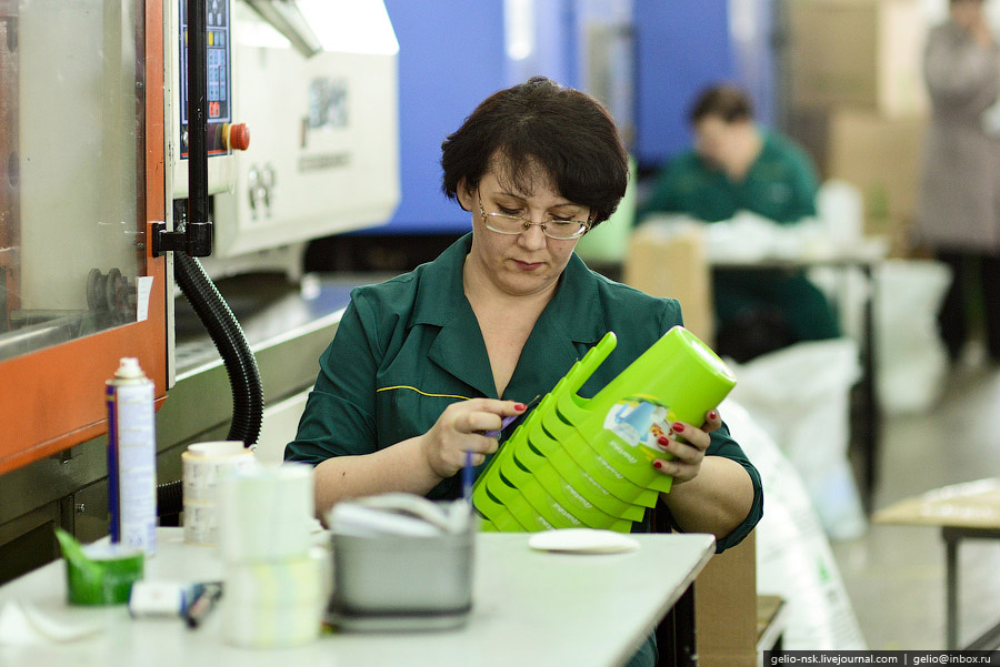Предприятие выпускает около 400 наименований изделий бытового назначения из пластмассы.