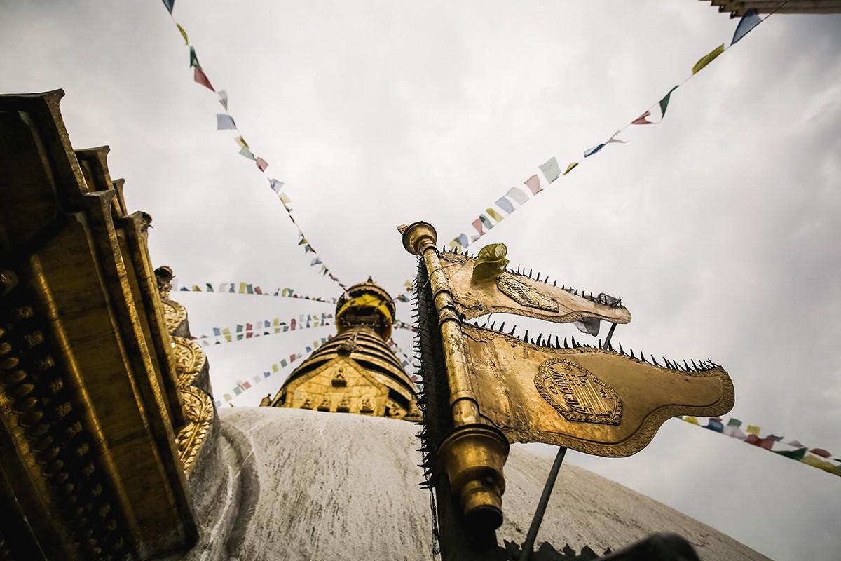 16. Флаг Непала с символом калачакры. Сваямбху — самое священное место в Катманду. Седьмой Далай-лам