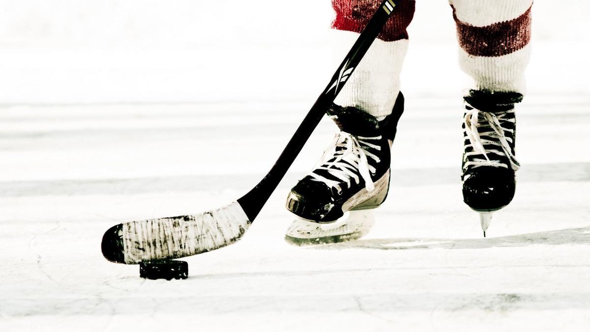 ВСША 18-летний хоккеист скончался после обморока впроцессе матча