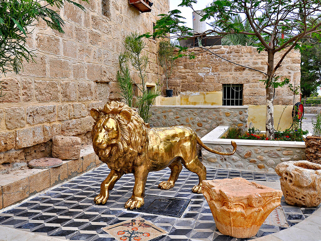 Легендарный лев у входа в монастырь Герасима Иорданского
