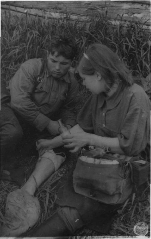 К.Я. Данилова оказывает помощь раненому партизану. 06.43.jpg