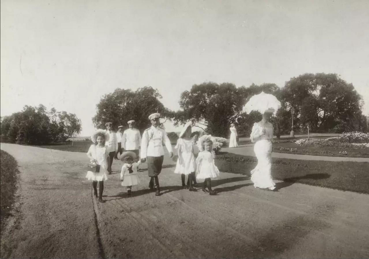 1906. Царская семья на Нижней даче
