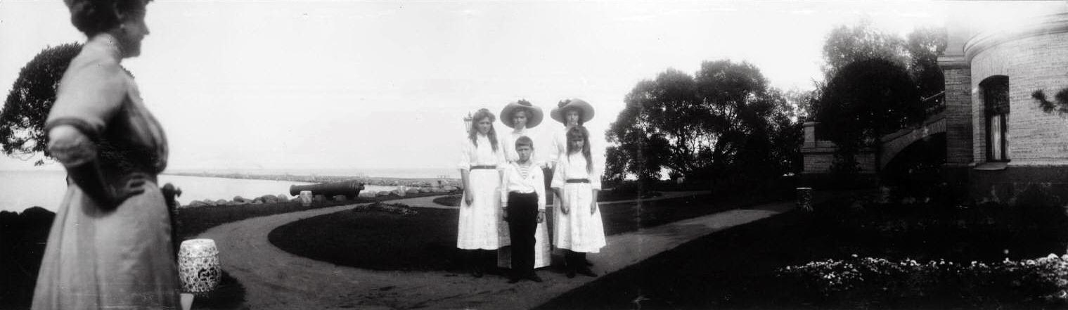 1909. Александра Фёдоровна с детьми на Нижней даче
