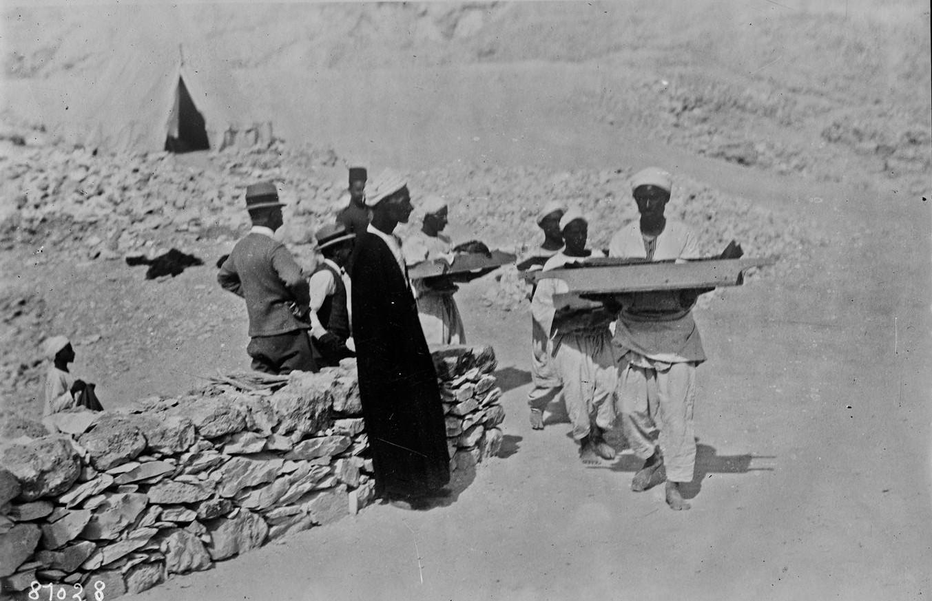 Транспортировка найденных предметов из гробницы