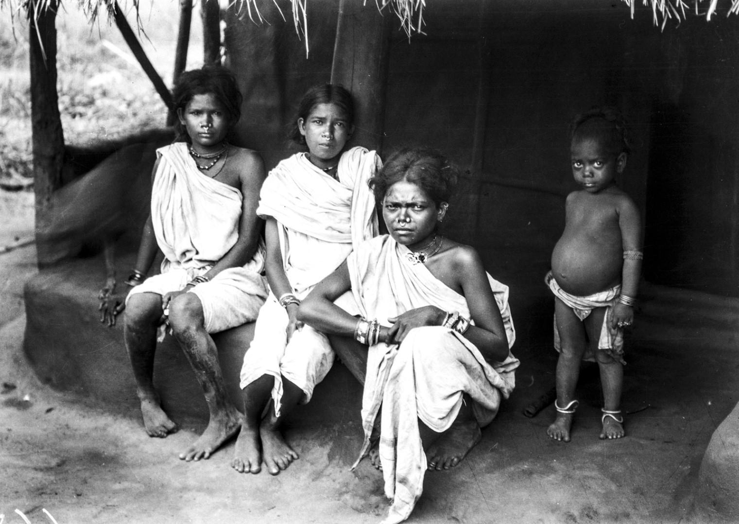 728. Орисса. Портрет трех девочек с малышом на крыльце