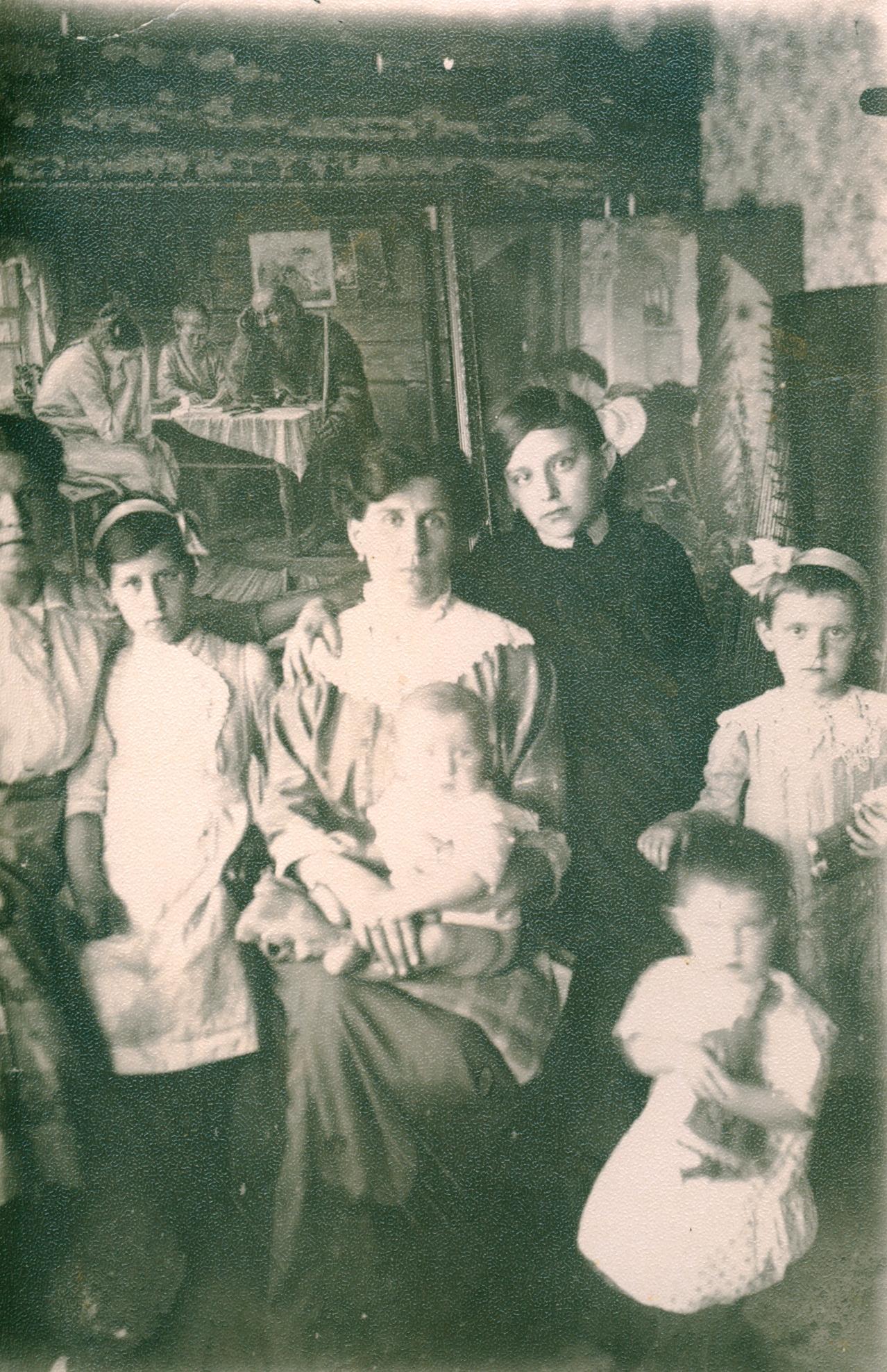 Жена Целебровского Мария Семеновна с детьми на фоне  картины «Печальные вести». Муром, 1900-е