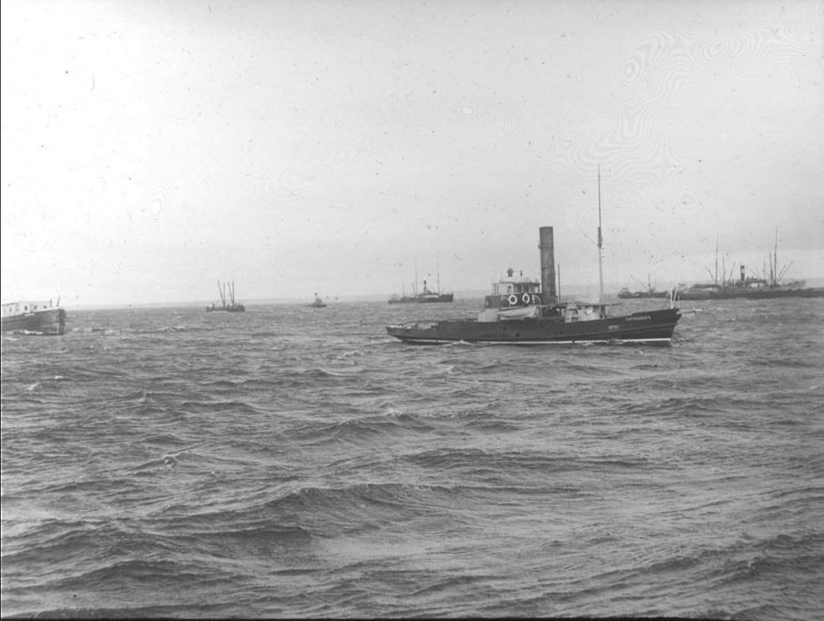 04 сентября 1914. Вид на караван судов у Насоновского острова. На переднем плане судно «Туруханскъ»
