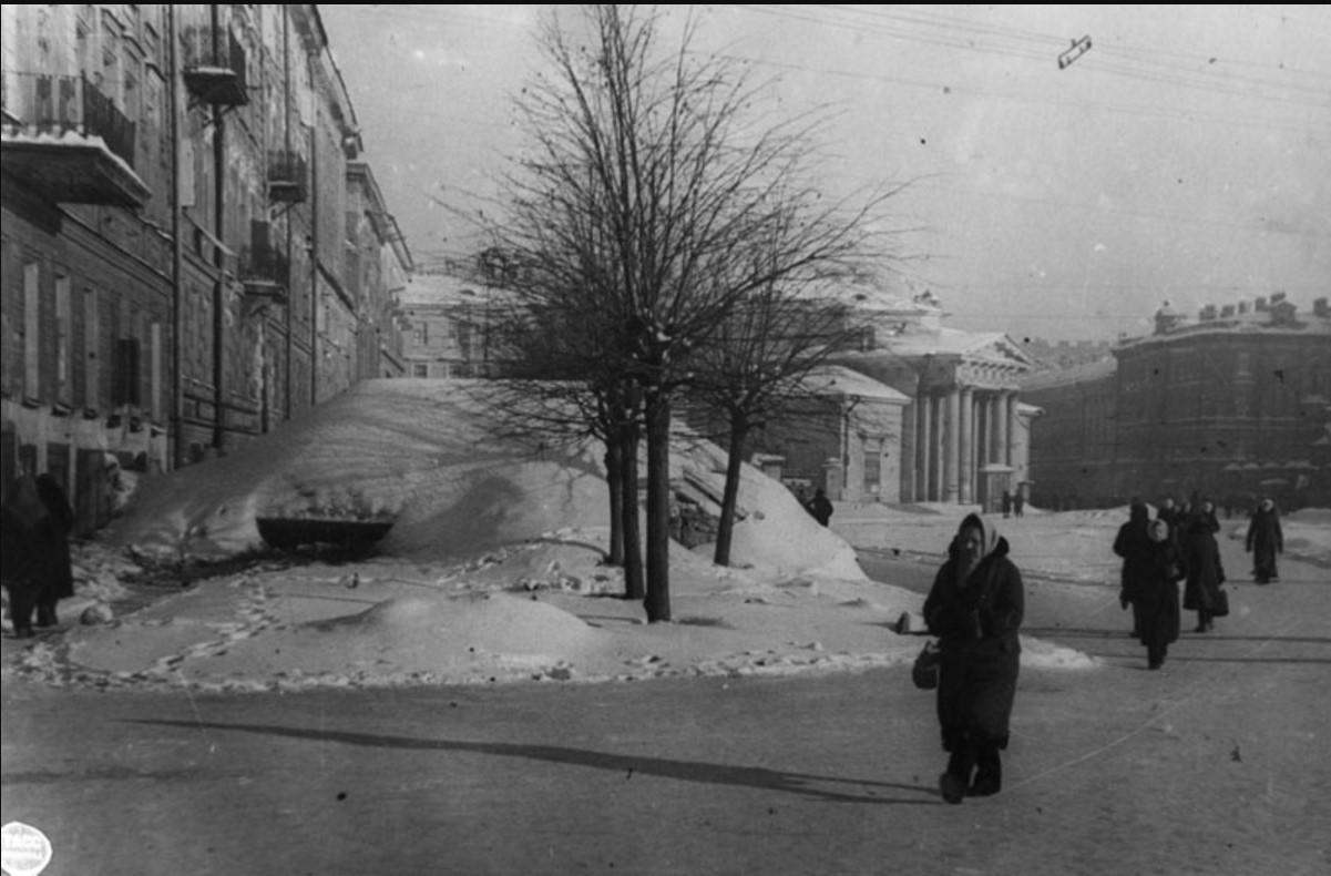 1942. Сенная площадь. ДОТ, предназначенный для обстрела Международного (Московского) проспекта. Февраль