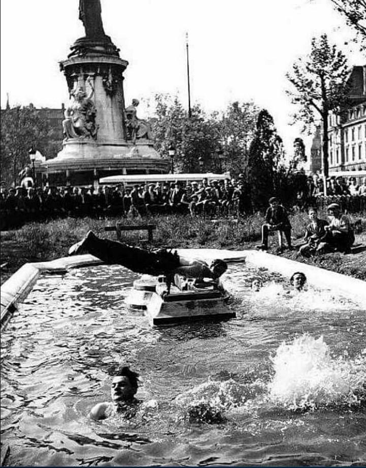 1937. Рабочие плавают в бассейне на площади Республики