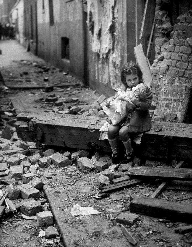 Английская девочка с куклой у разрушенного дома. Лондон, 1940 год.