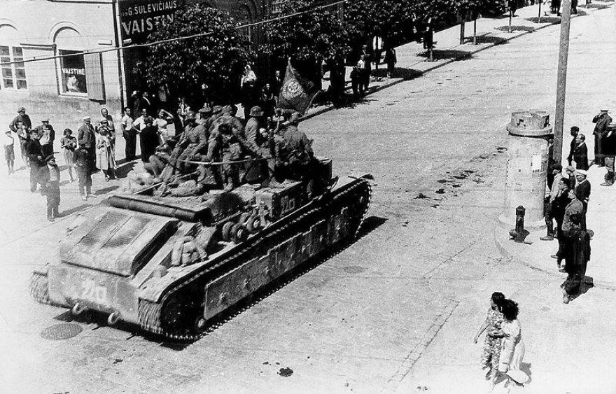 Танк Т-28 на ул. Kauno в г. Укмерге (Ukmerge). Литва, июнь 1940 года.