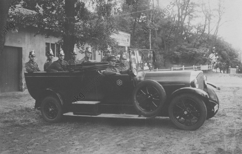 Berliner Polizeiauto / Foto um 1930 - -