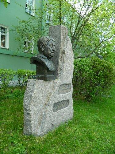 Памятник Расулу Гамзатову