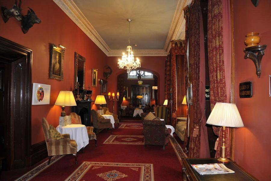 3. Замок стал роскошным отелем с 75 номерами в 1997 году : великолепные номера, конные прогулки, стр
