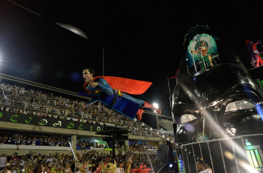 Участник карнавала в Сан-Паулу в костюме Супермена.