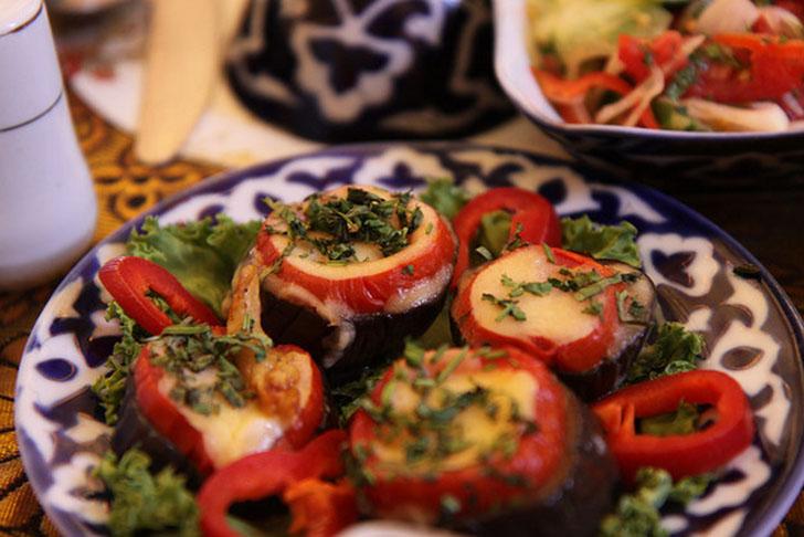 Закуска из баклажанов «Бадамджан» — это запеченные или жареные баклажаны с кусочками болгарского пер