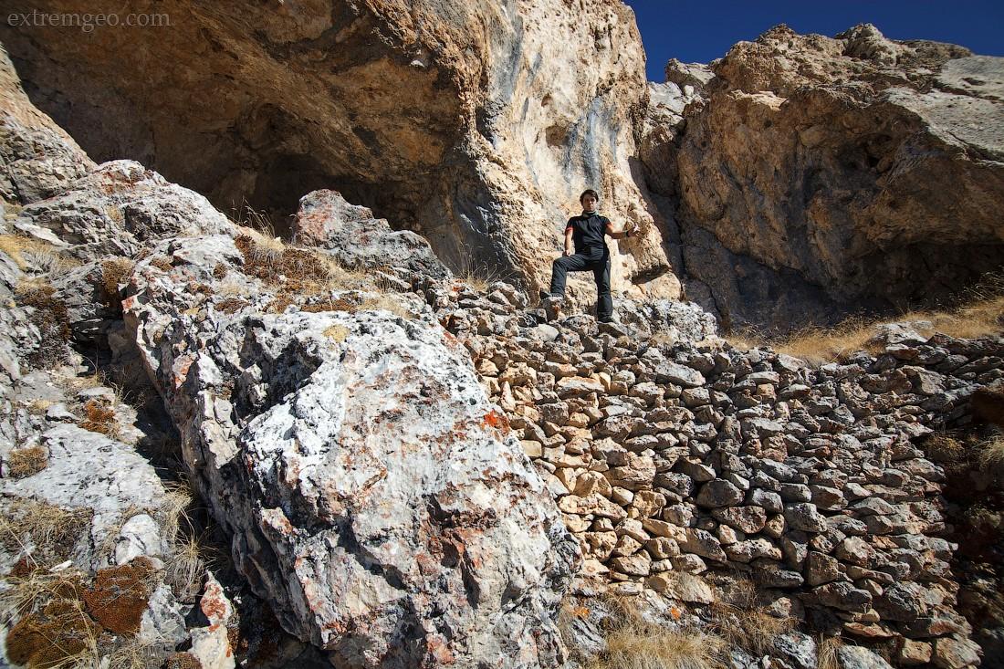 23. На высоте трех километров увидели скальный навес и под ним выложенную кладку из камней, там мы н
