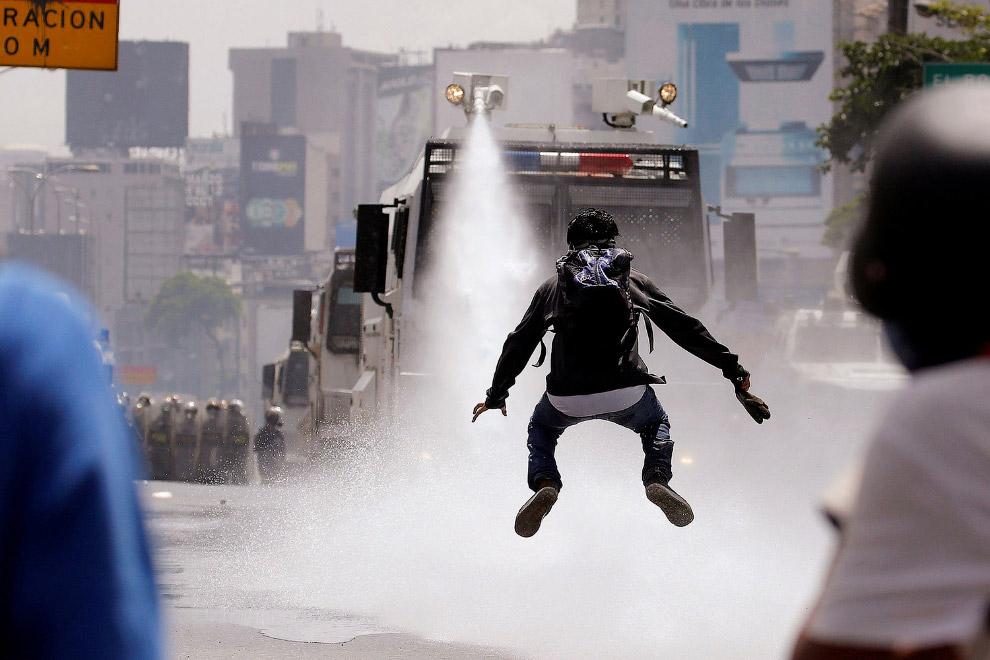 9. Полицейским тоже достается. (Фото Carlos Garcia Rawlins | Reuters):