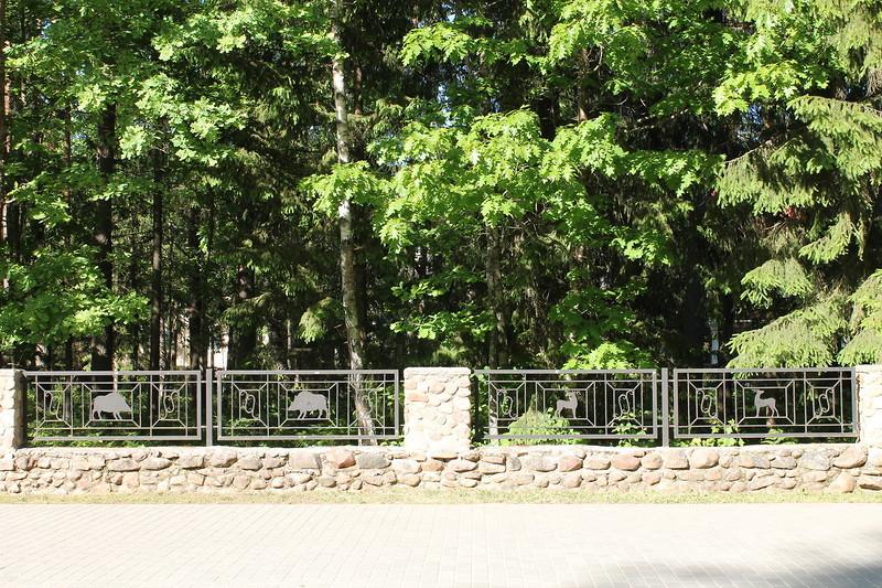 И еще прелестые ограды с силуэтами местных жителей.