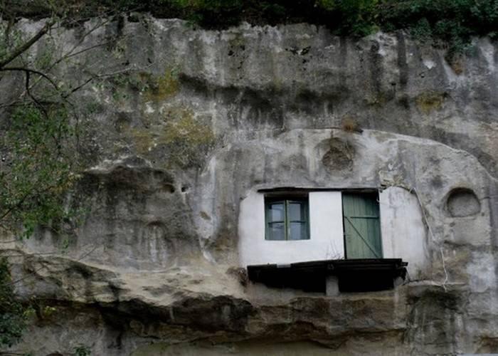 Естественные пещеры – идеальное жильё.  Естественные пещеры в скалах Сетениль оказались идеаль