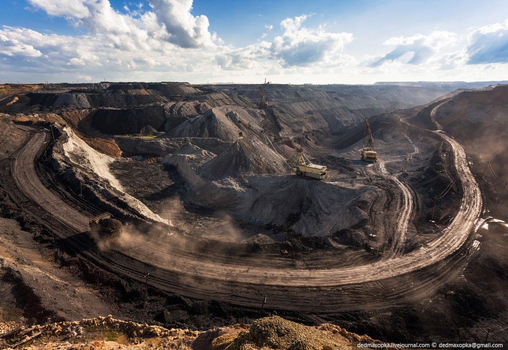 Месторождение включает три пласта угля суммарной мощностью 44,5 метров. Основная часть продукци