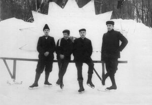 Группа конькобежцев на катке в Юсуповом саду.