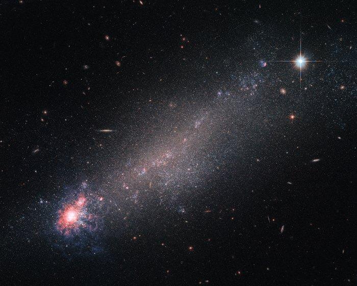 «Хаббл» увидел «крик» новорожденных звезд вдалекой галактике