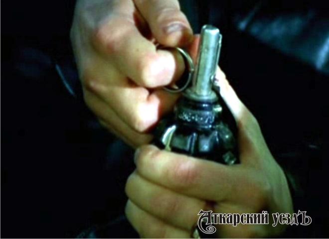 Саратовец бросил гранату впришедших кнему полицейских