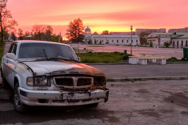 Сгоревший автомобиль волга ГАЗ на храмовой площади в Каменске-Уральском