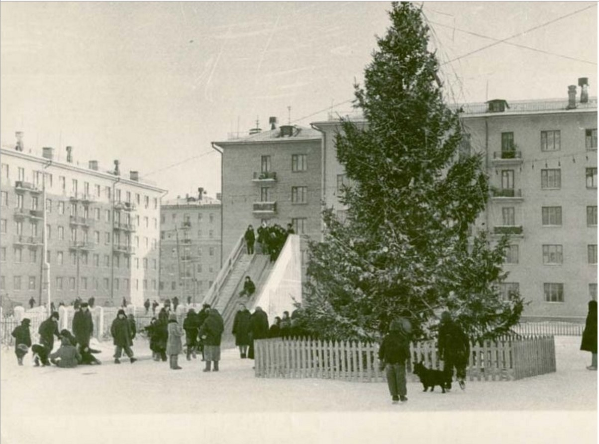 1962. Перед Новым годом у Дворца строителей