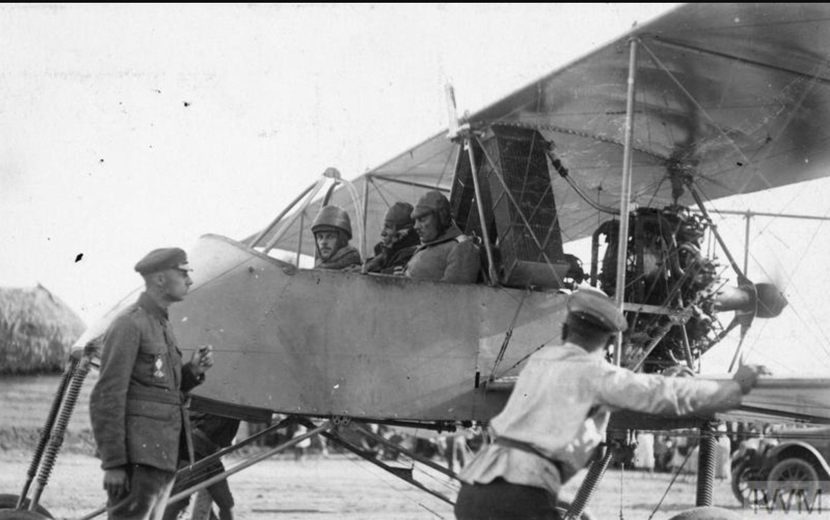 Генерал-лейтенант Владимир Ильич Сидорин, командующий Донской армией, готовится к разведывательному полету на биплане «Вуазен III», летом 1919