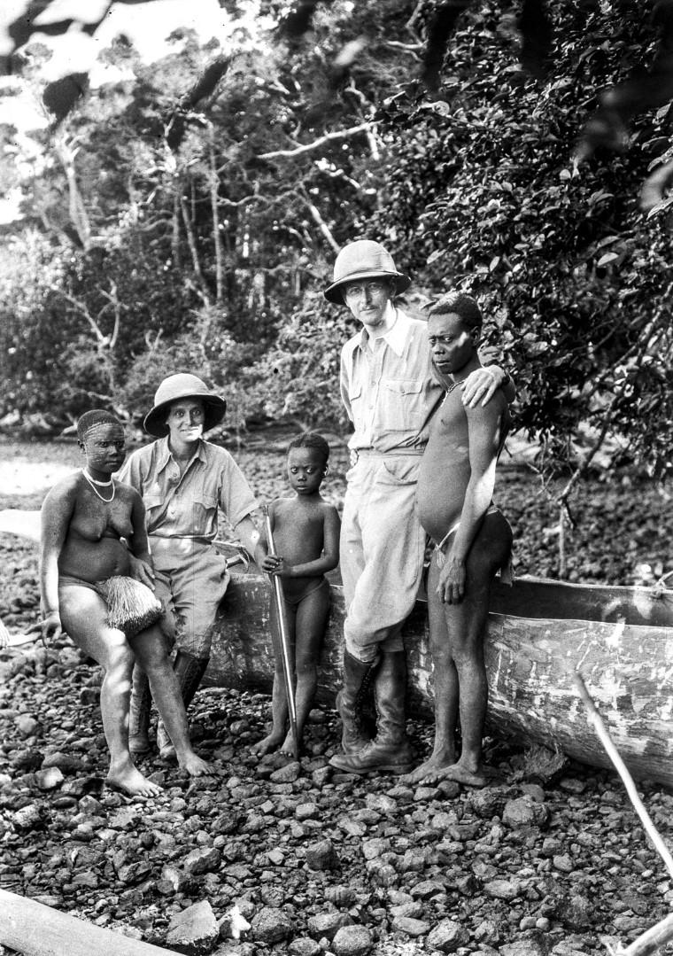 1222. Народность онге. Энджи и Эгон фон Эйкштедт в тропических костюмах с семьей вождя