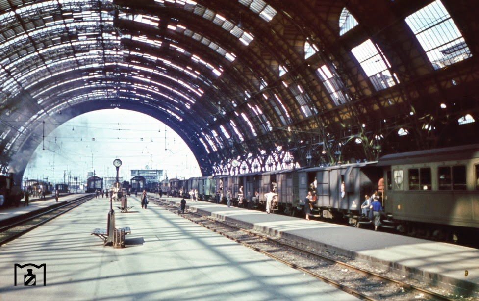 the roof of the imposing concourse of Milan and the improvised long passenger train.jpg